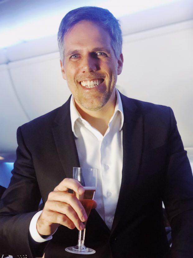 O simpático CEO da Gol, Paulo Kakinoff, fazendo um brinde no 1º voo Brasília-Miami.