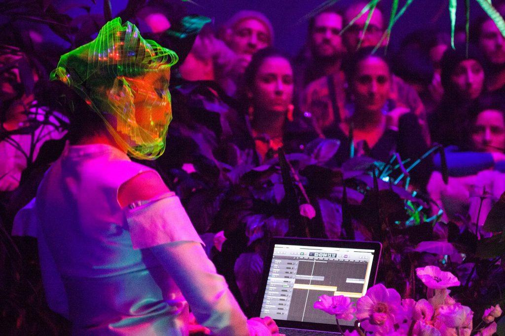Björk se apresentando na abertura da exposição em Sidney