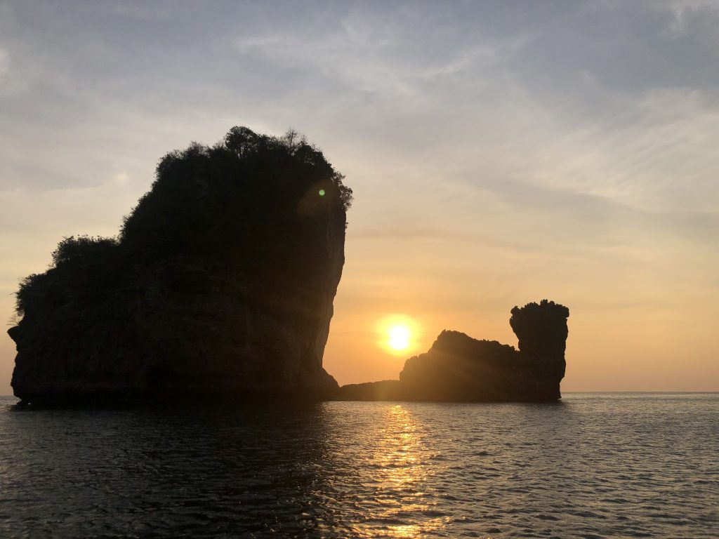 Por do sol no mar de Phi Phi