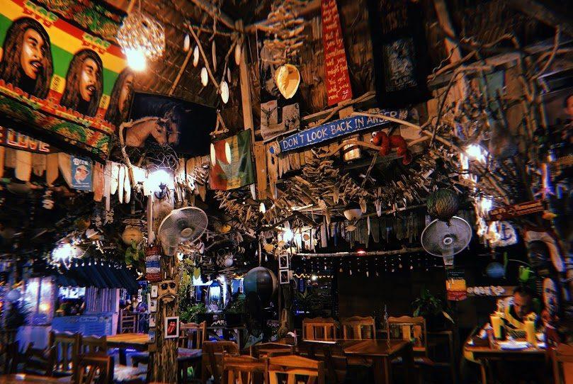 A decoração rústica do Oásis Bar