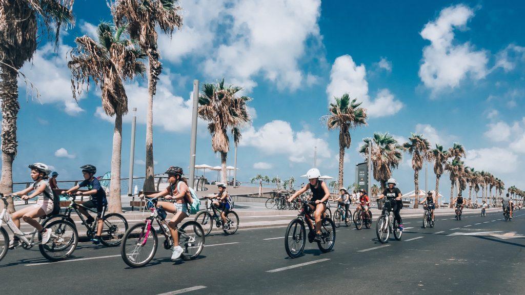 Orla da praia em Tel Aviv, Israel. Foto: Yoav Aziz / Unsplash