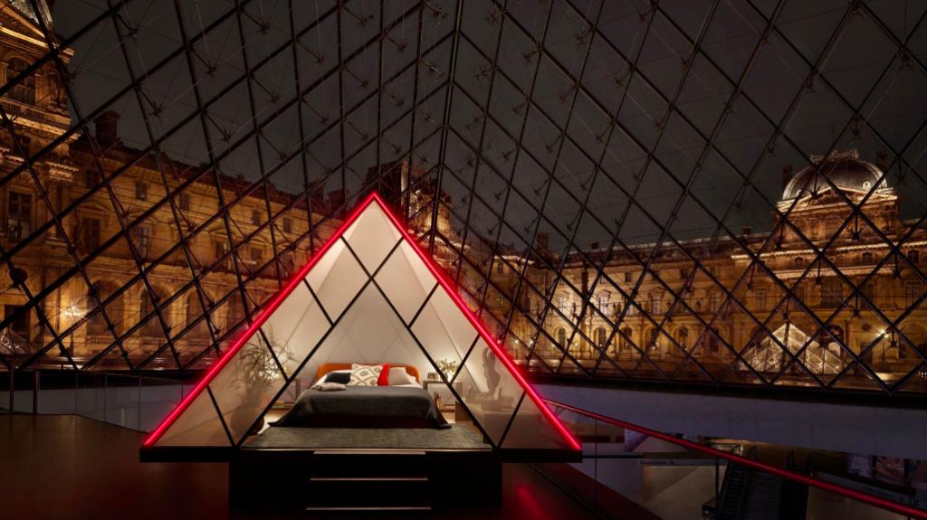 Um glamping será colocado na pirâmide do Museu Louvre. Foto Divulgação