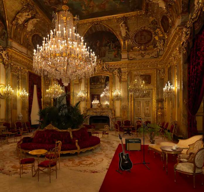 Show acústico intimista no salão do apartamento do Napoleão III.