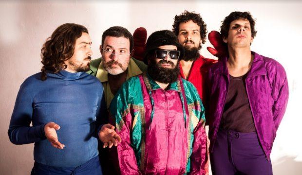 A Mombojó tem lançado novas músicas e clipes na internet. Foto: Luan Cardoso