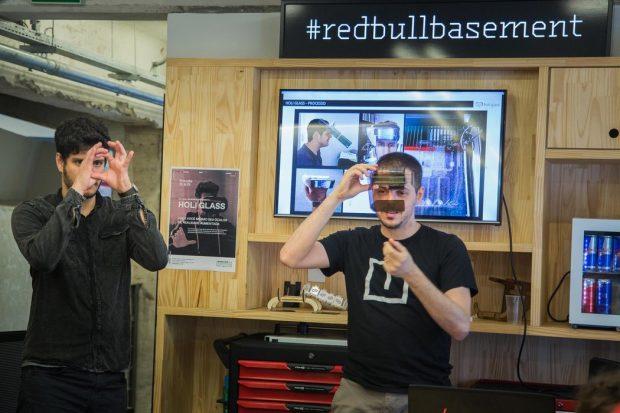 Andrei e Tiago durante a oficina realizada no Makerspace, Red Bull. Foto: Divulgação