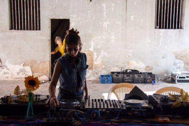 DJ Carolina Hollanda tocando na 4FE. Foto: divulgação facebook