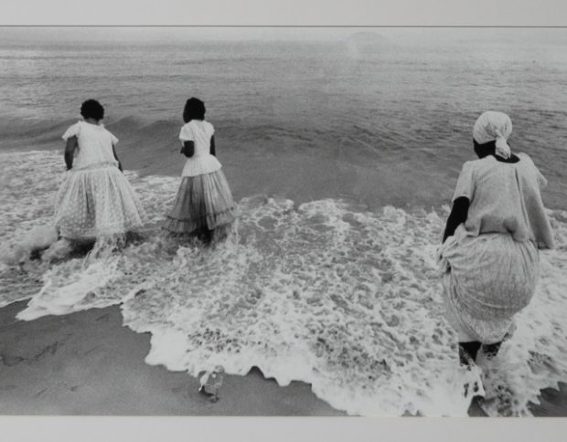 Rio dos Navegantes. Imagem: Iemanjá na praia por Evandro Teixeira