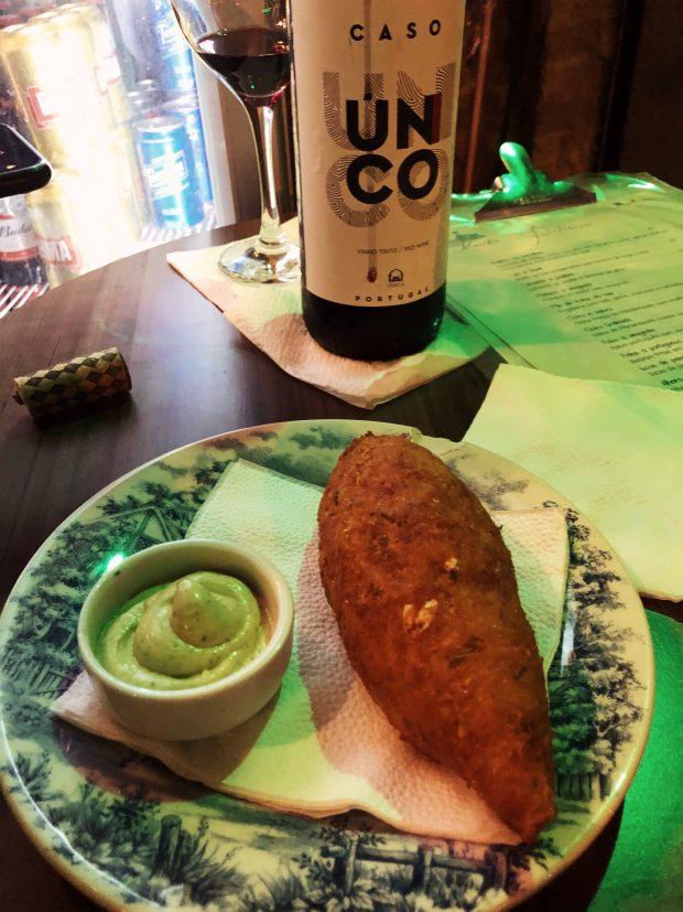 O bolinho de bacalhau d'O Mirandês (ele é bem melhor que a foto). Foto: Lalai Persson