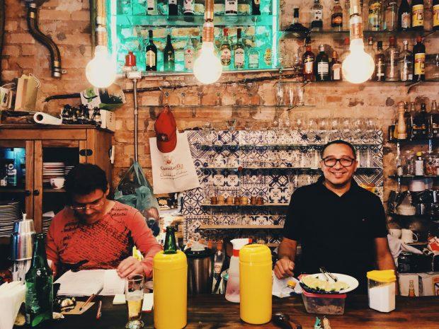 O bar do restaurante O Mirandês, na Santa Cecília. Foto: Lalai Persson