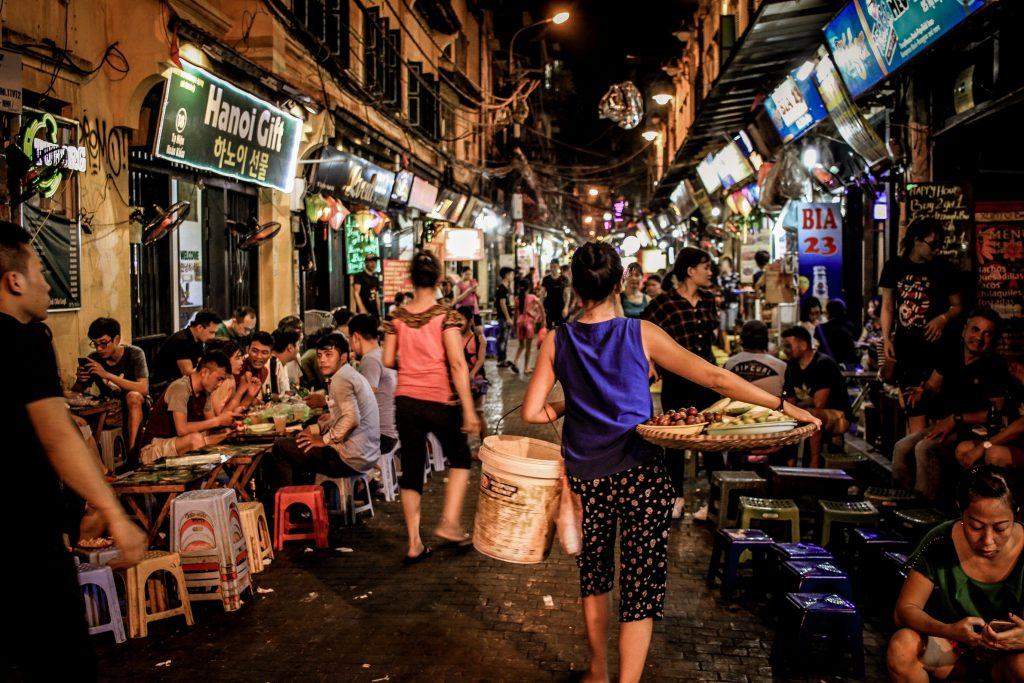 Ruas sempre cheias com pessoas sentadas nos mini-banquinhos. Guia uma semana em Hanoi, Vietnã