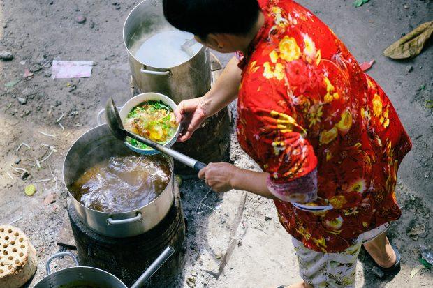 Cozinha de rua em Hanoi.