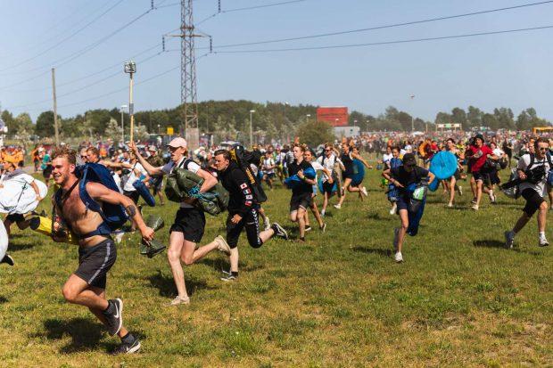 A corrida para ntrar no camping no Roskilde Festival. Foto Divulgação por Mick Friis