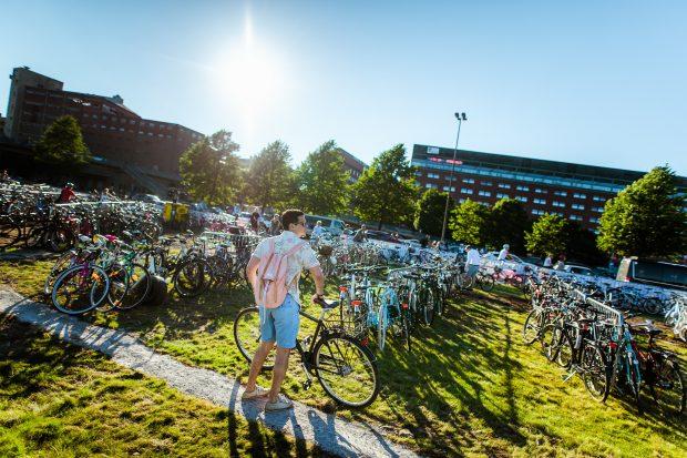 A bike é um dos meios de transporte mais comum pra chegar ao Flow Festival. Foto: Eetu Ahanen / Divulgação