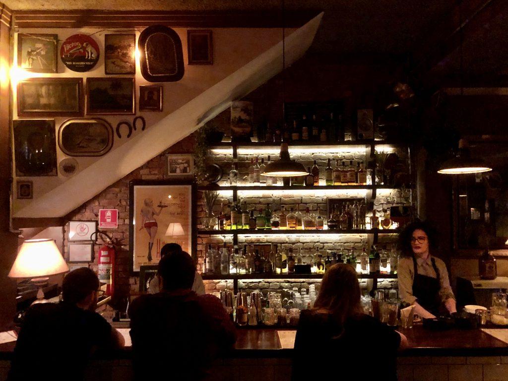 clima de paquera no Cabíria bar, em Pinheiros.