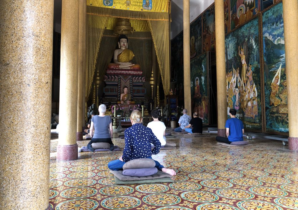 Meditação pública e gratuita no Wat Sangka, Phnom Penh, Camboja. Foto por Angela Mansim.