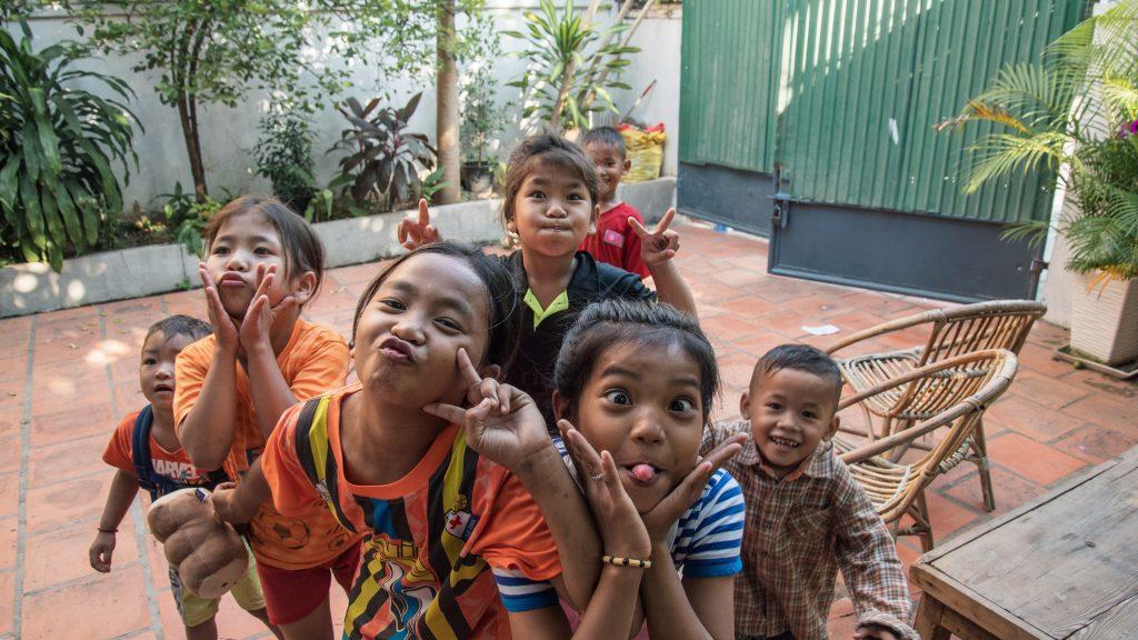 Crianças cambojanas, sempre sorridentes. Foto por Unsplash.