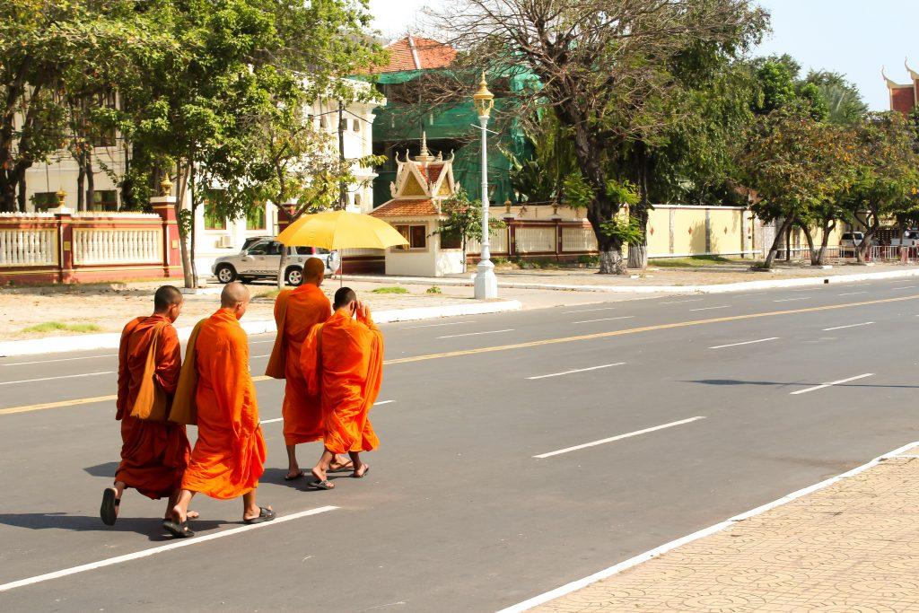 Monges caminhando por Phnom Penh, Camboja