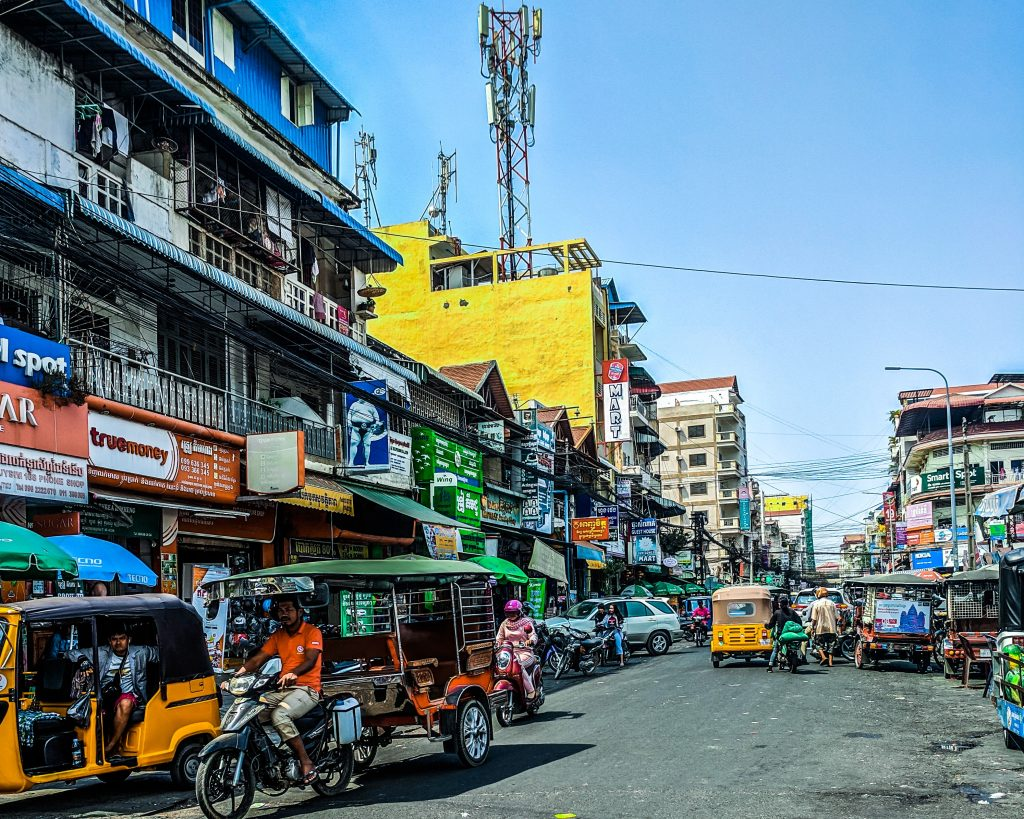 Paisagem comum nas ruas de Phnom Penh. Foto por Unsplash.