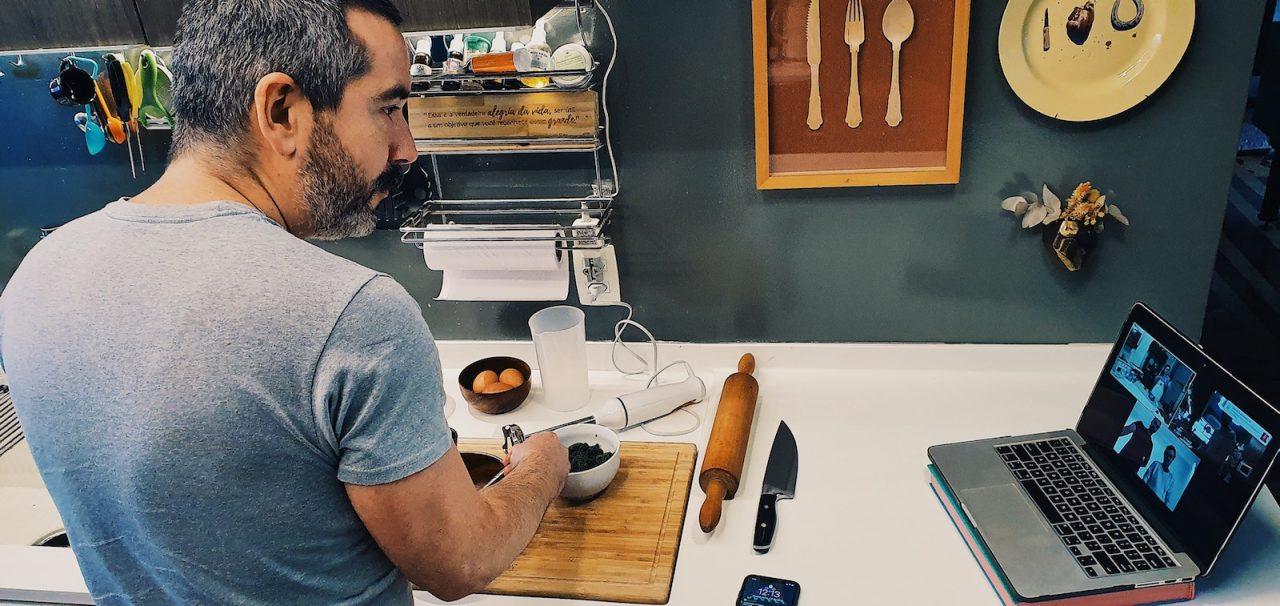 Aula de pasta colorida com Chiara e Nerina, pelo novo Airbnb Online Experiences - foto: Jo Machado
