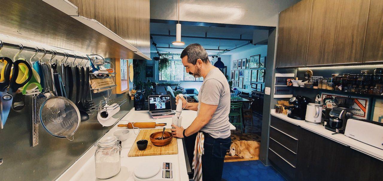 Experiências Online do Airbnb, aula de preparação de massas coloridas com uma família italiana