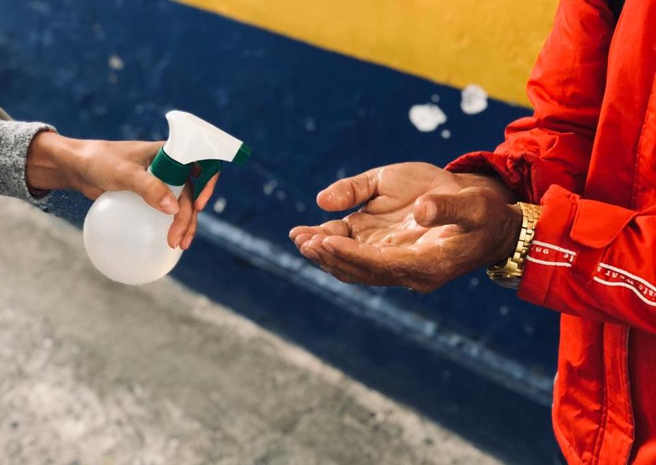 Higienização das mãos de uma pessoa que recebeu ajuda do Cozinha de Combate.