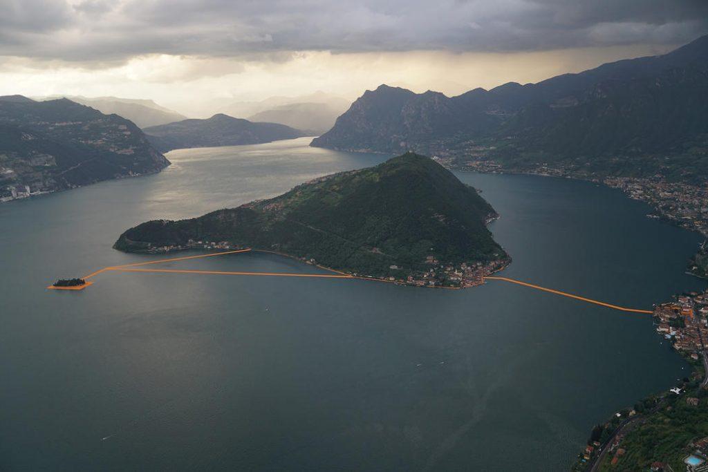 The Floating Piers, obra de Christo e Jeanne-Claude no Lago Iseo, Itália (2014-16)