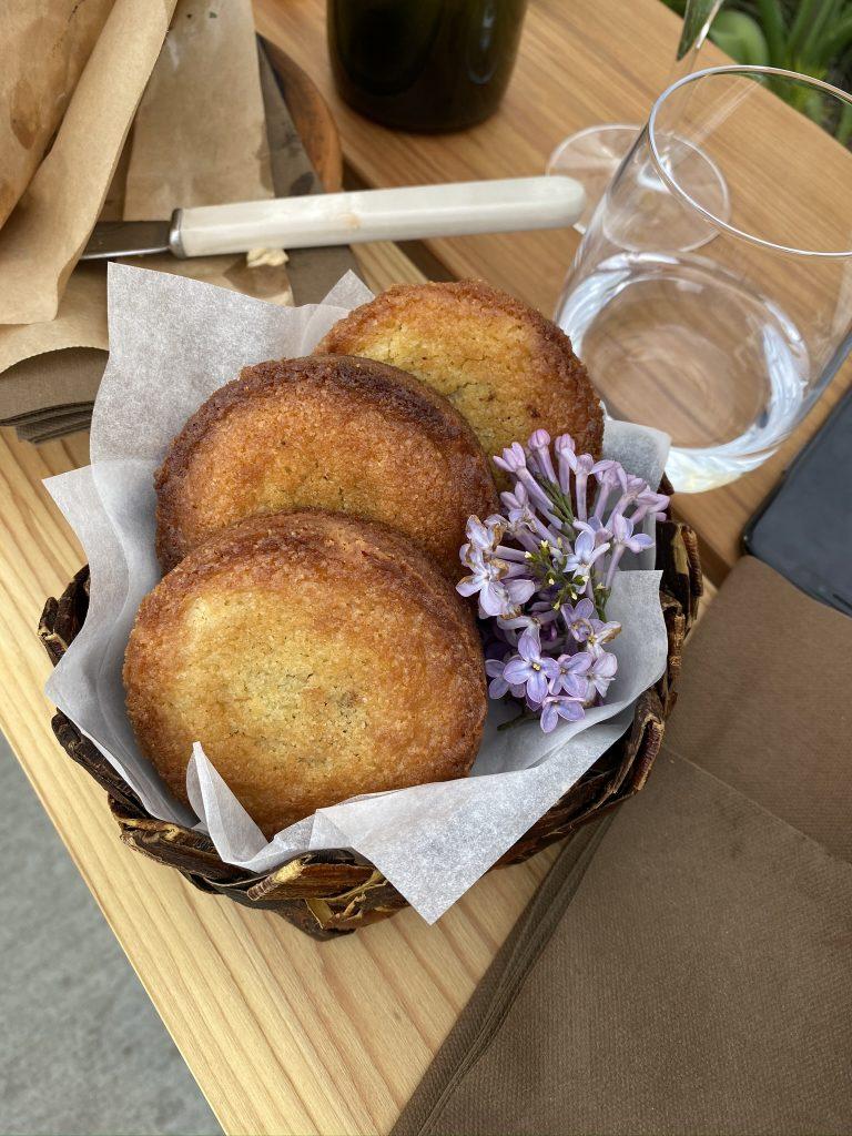 Além dos burgers, você também pode provar os cookies com caramelo flor de sabugueiro e passas. Foto de Fernanda Secco.