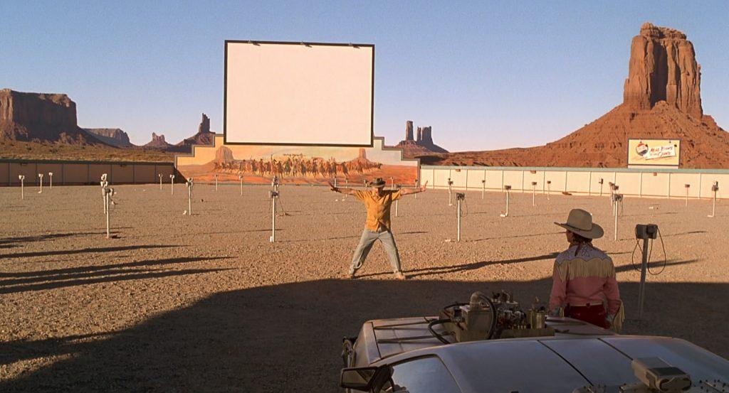 Cena em um drive-in do filme De Volta para o Futuro III