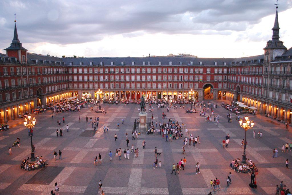 Plaza Mayor, em Madrid, vive cheia de gente mesmo sem ter uma única árvore.
