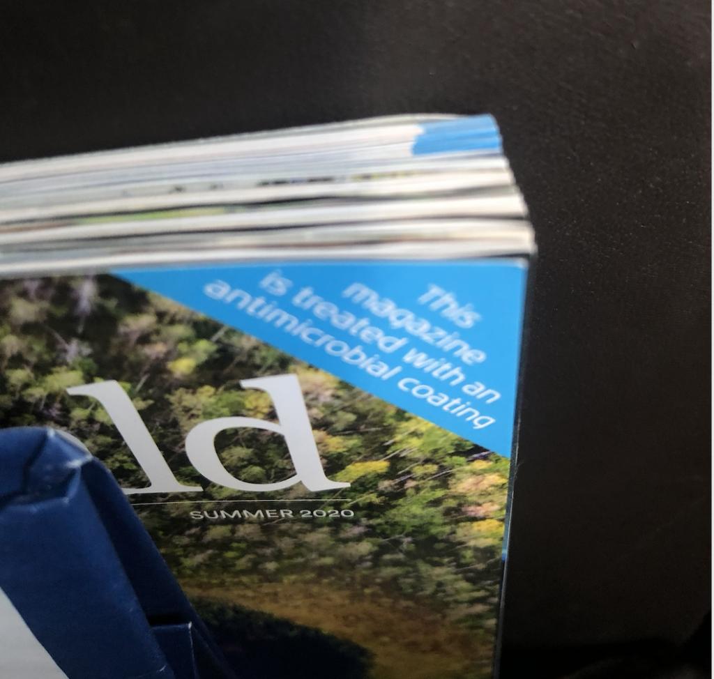 Até as revistas estão protegidas contra do coronavírus no avião.