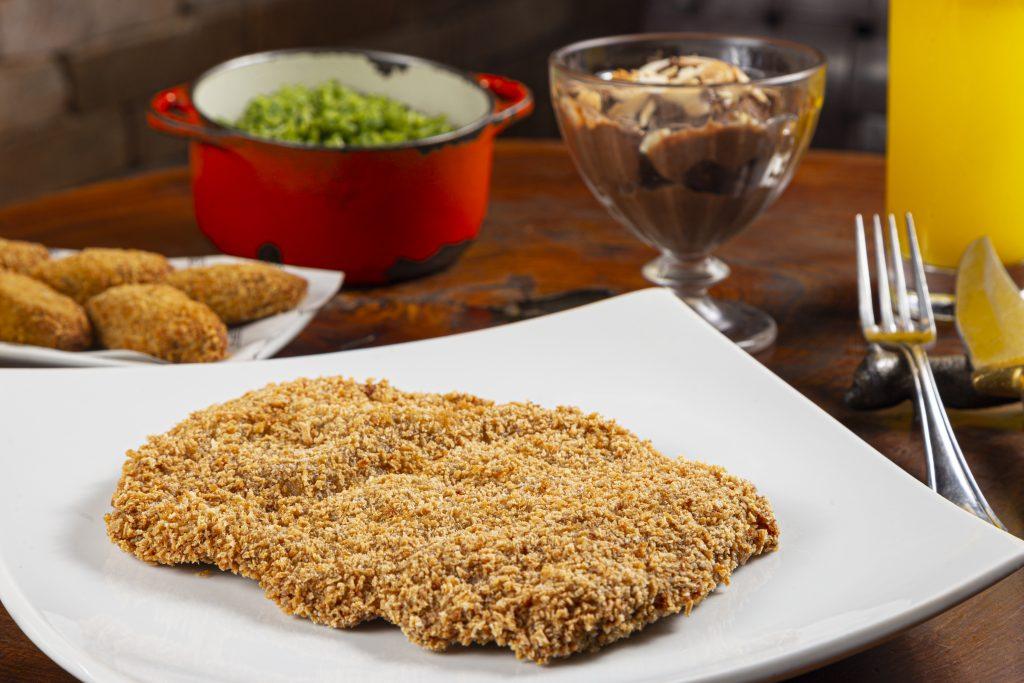 O filé suíno a milanesa do Giuseppe Grill vem acompanhado de mousse de chocolate
