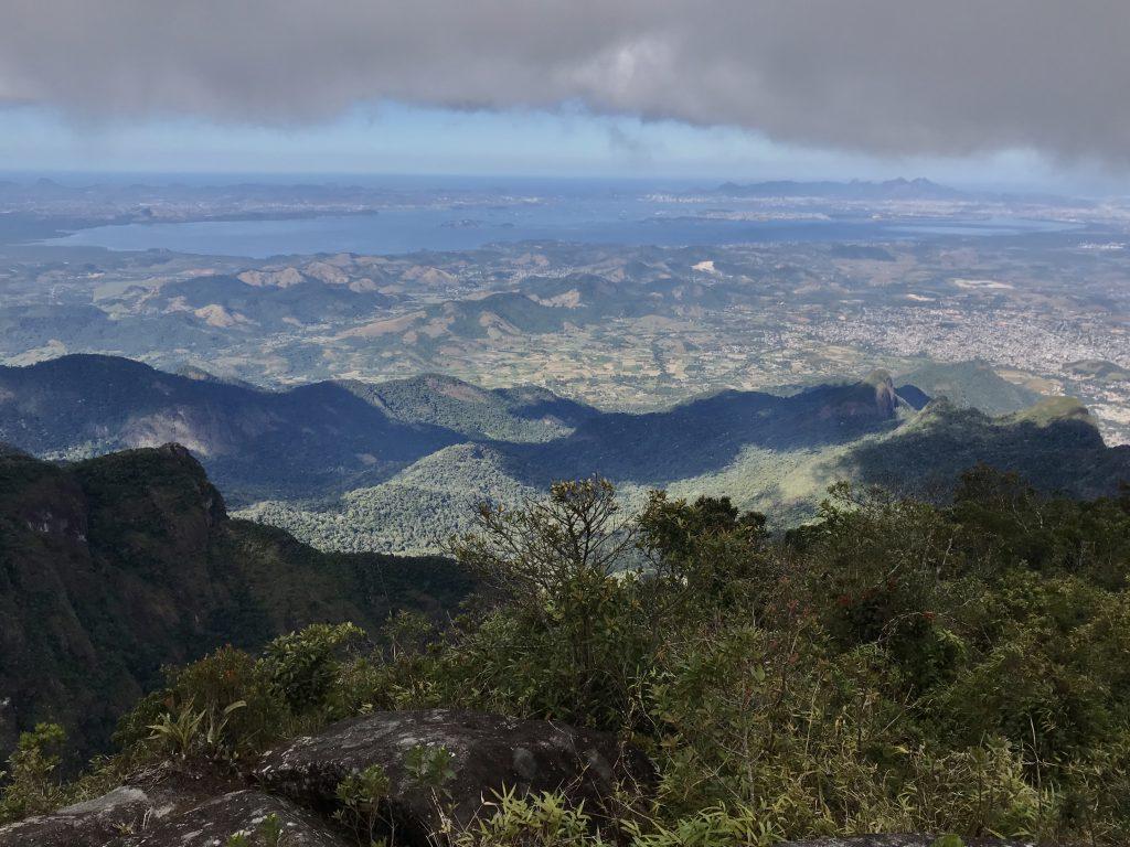 O Pico do Cobiçado, na travessia Cobiçado x Ventania, é dos poucos lugares onde a Baía de Guanabara cabe inteira em uma foto. (foto: Luciana Guilliod)