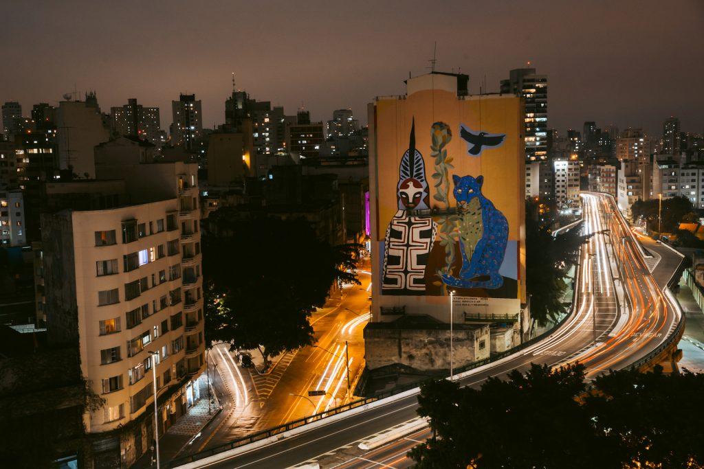 A obra 'Pindorama', do artista Rimon Guimarães para o projeto Converse City Forests, que usa tinta fotocatalítica para despoluir o ar - foto: Divulgação