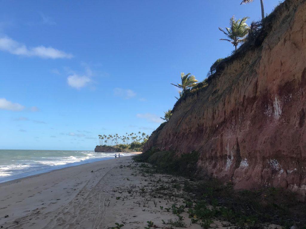 Natureza linda e cidade muvucada em Arraial d'Ajuda, na Bahia. (foto: Luciana Guilliod)