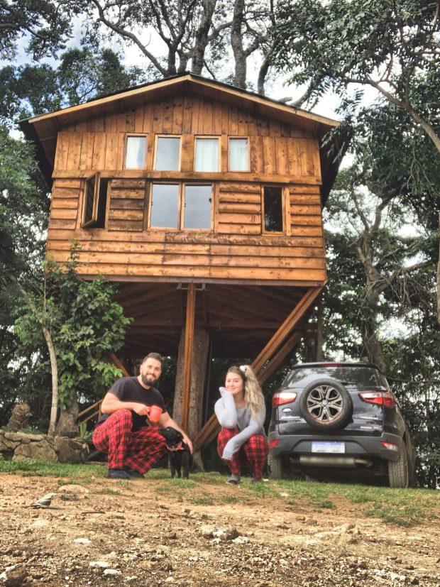Foto de família em frente à casa na árvore - foto: Paola di Buono