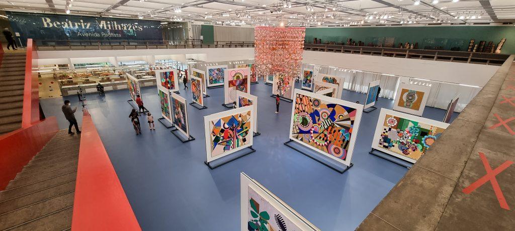 Escultura Gamboa, de Beatriz Milhazes, no centro da exposição. - foto: Renato Salles