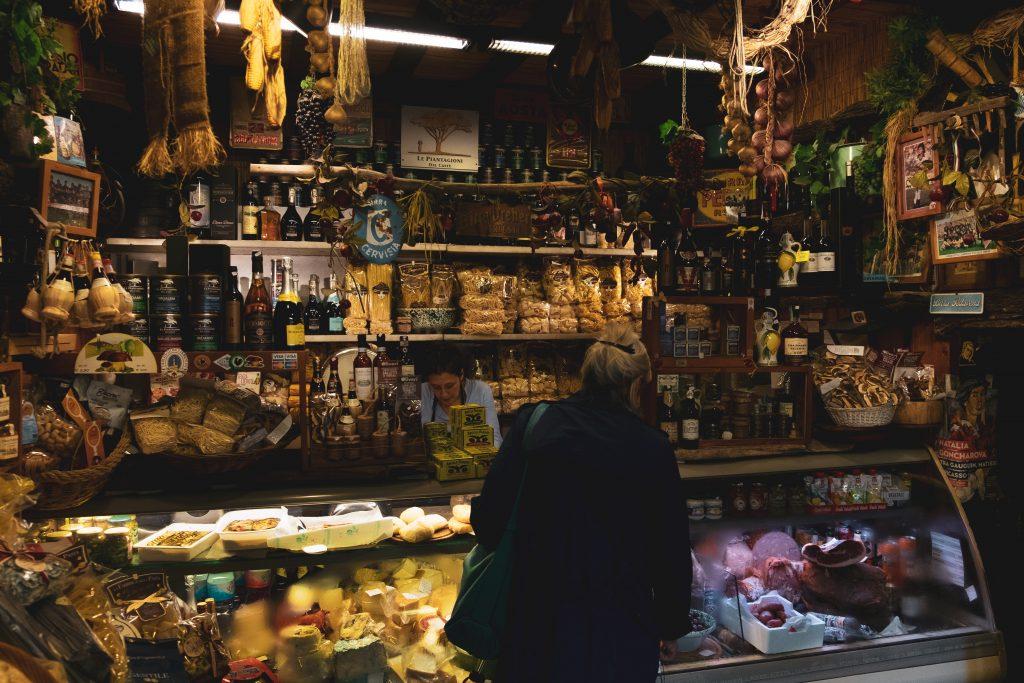 Senhora observa mercado em Firenze