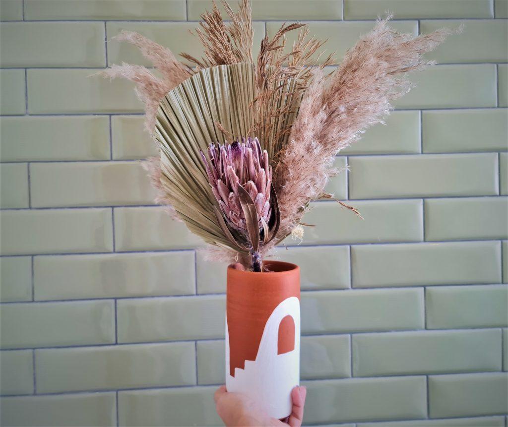 Ariu faz arranjos de plantas secas para durarem muitas estações e diminuírem o desperdício.