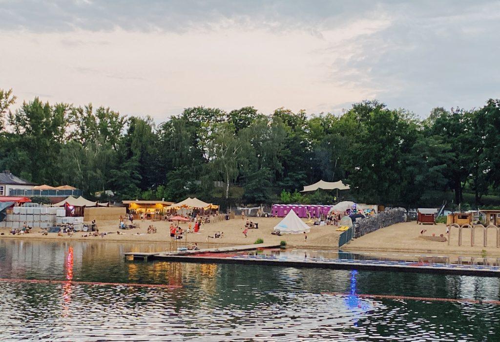 Retorno das festas em Berlim no pós-pandemia. Pornceptual à direita e a prainha particular do outro lado. A área com paredes em volta é a pista. Foto: Lalai Persson
