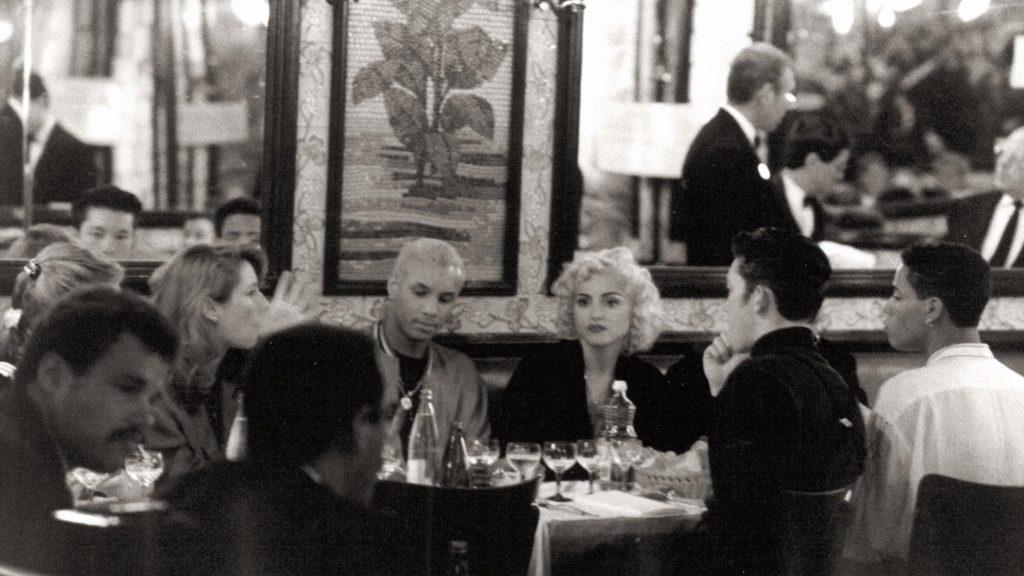 Madonna na Brasserie Lipp, Paris. Foto: Divulgação.