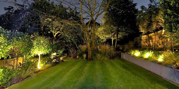 Cómo Instalar Luces en el Jardín