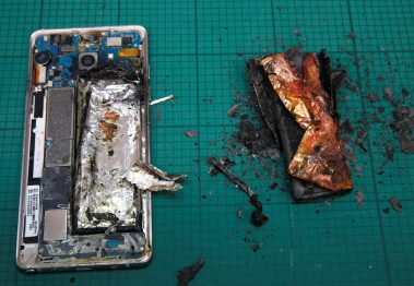 A Samsung Note 7 handset is pictured next to its charred battery after catching fire during a test at the Applied Energy Hub battery laboratory in Singapore October 5, 2016. REUTERS/Edgar Su      TPX IMAGES OF THE DAY