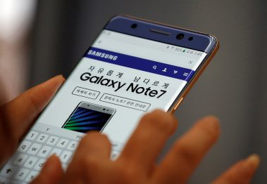 A visitor tries out a Samsung Electronics' Galaxy Note 7 at company's headquarters in Seoul, South Korea, October 5, 2016. Picture taken on October 5, 2016.  REUTERS/Kim Hong-Ji