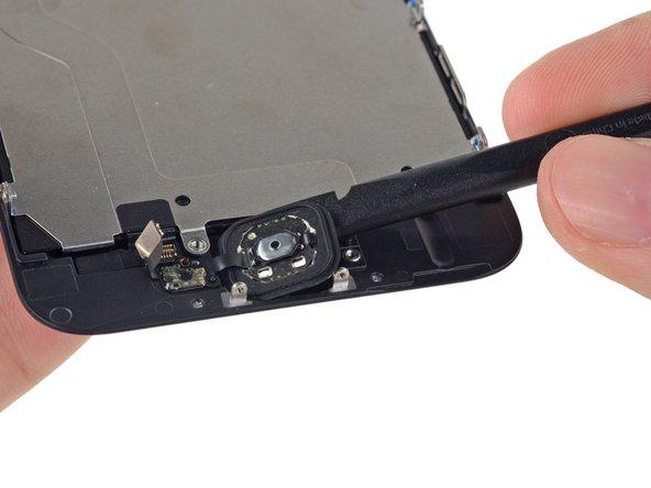 Avec une spatule, retirez délicatement le bouton Home de l'écran.