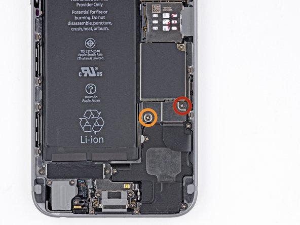 Retirez les vis cruciformes 00 suivantes du cache de connecteur de la batterie :