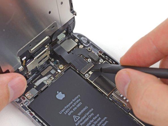 Lors des quatre étapes suivantes, veillez à ne faire levier que sur les nappes des connecteurs, et non pas sur leurs prises sur la carte mère.