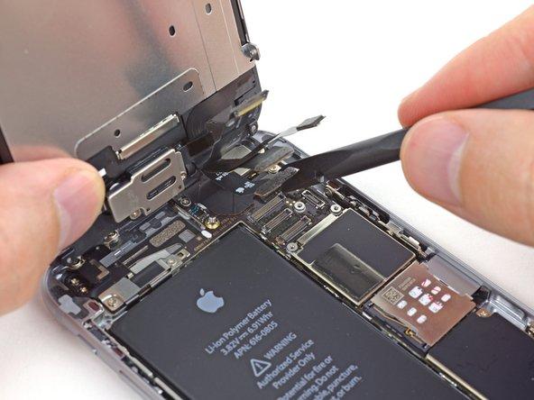 Lorsque vous reconnectez la nappe de l'écran, n'appuyez pas au milieu du connecteur. Appuyez d'abord sur un des côtés du connecteur, puis sur l'autre. Si vous appuyez au milieu, vous risquez de plier le connecteur et d'endommager l'écran.