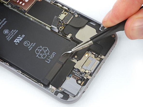 Détachez et enlevez la première bande adhésive dans le coin inférieur droit de la batterie.