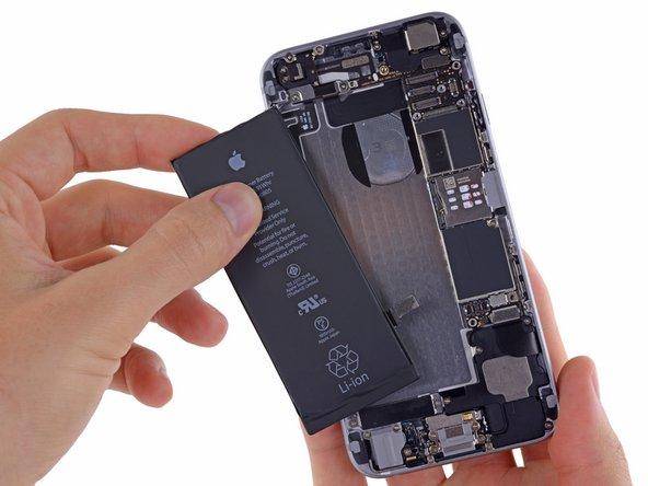 Enlevez la batterie de l'iPhone.