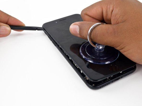 Ne faites pas levier le long du bord supérieur de l'écran, vous risqueriez d'endommager les clips en plastique qui fixent l'écran.